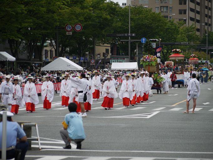 後祭の「山鉾巡行」とコースが重なる「花笠巡行」