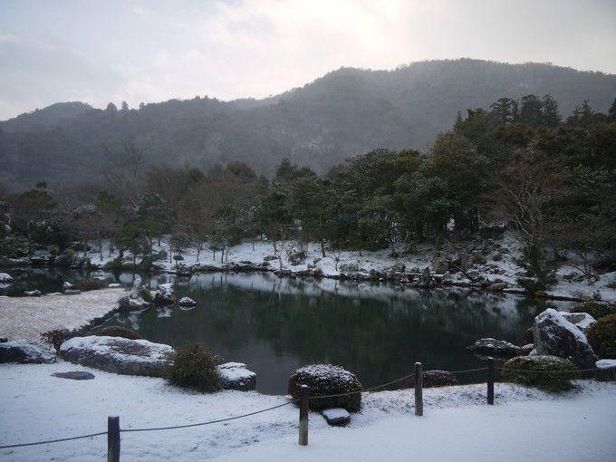 嵐山を借景とする曹源池庭園