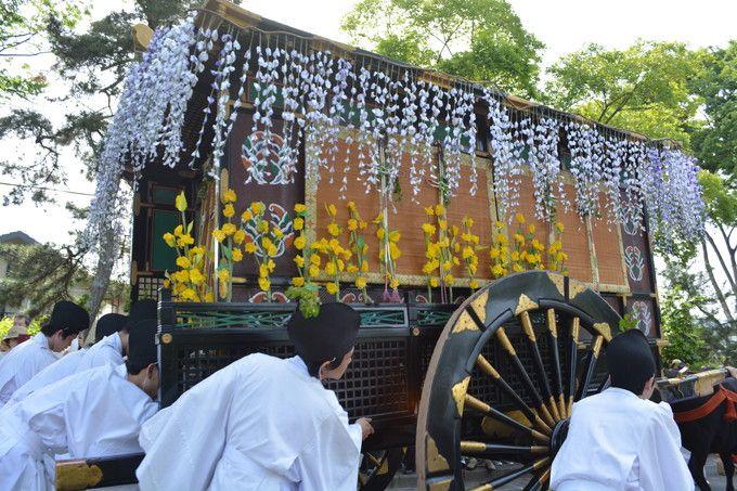 華やかな歴史装束に包まれている加茂街道での行列風景