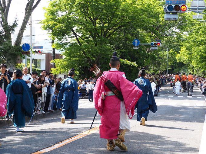 色鮮やかな風流傘が通り過ぎる加茂街道での行列