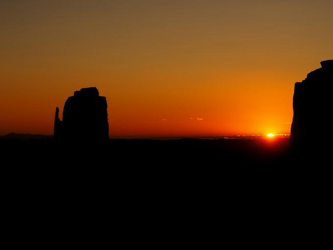 日の出後の朝焼けのパノラマ風景