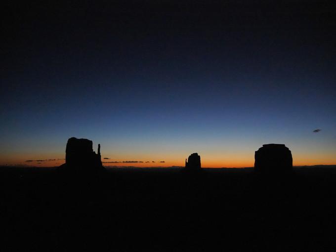 日の出前に創り出される群青色