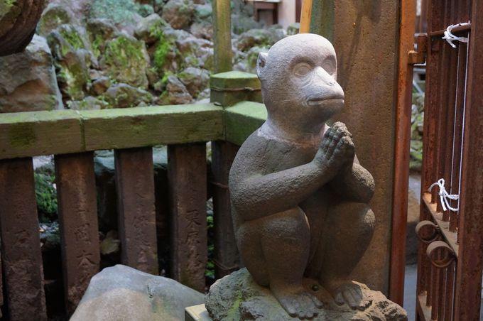 かわいいお猿さんの像に注目!