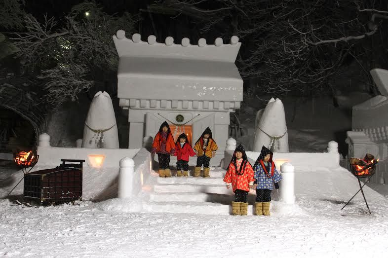 メルヘンすぎる雪まつり!秋田・湯沢市伝統行事「犬っこまつり」で幻想の夜を!