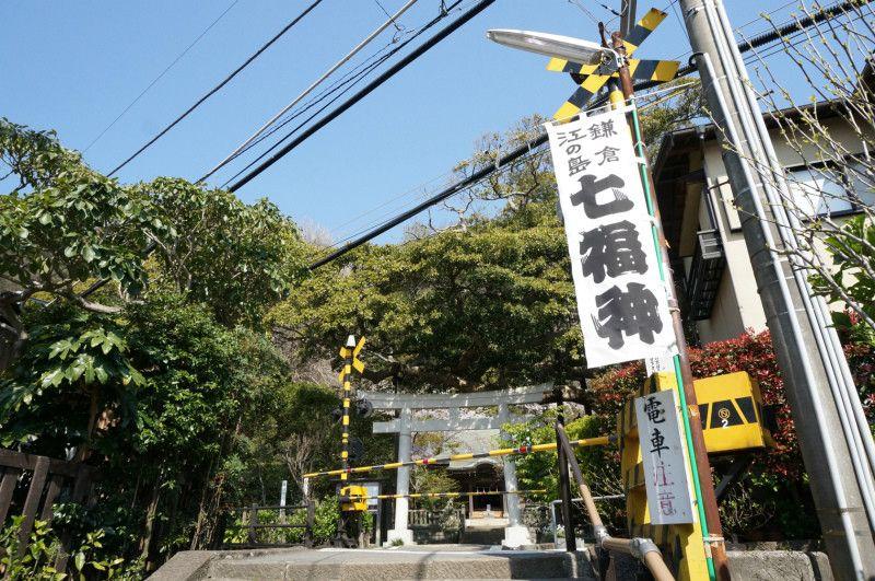鳥居の目の前を江ノ電が横切る御霊神社