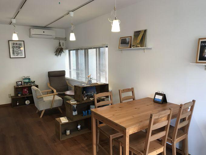 海の近くの小さなカフェ「Cafe meri」でランチプレートを
