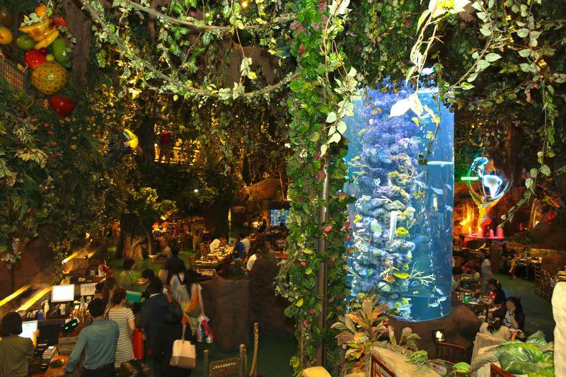 巨大な円柱水槽にジャングル!?東京ディズニーリゾートの巨大レストランとは?