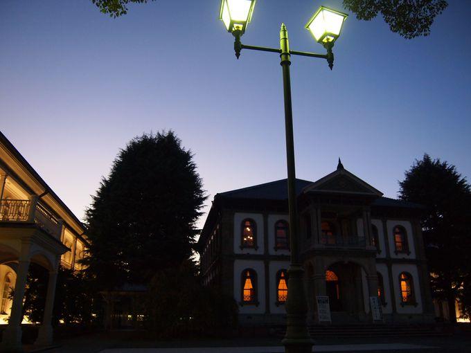 ライトアップされた本館と南黌