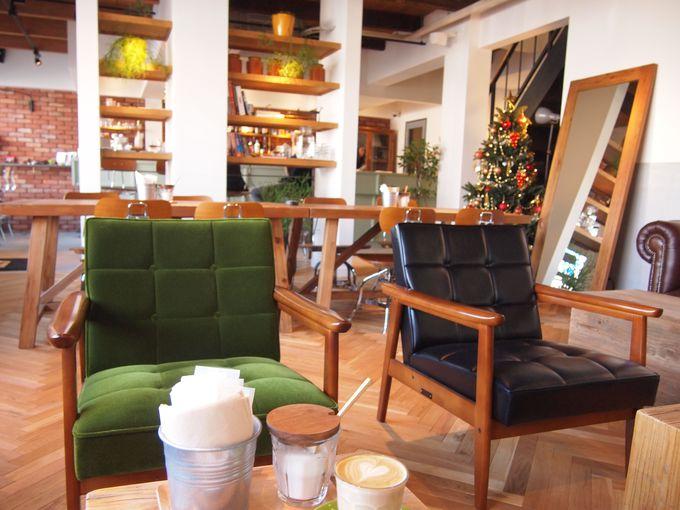 1階のカフェ&バー