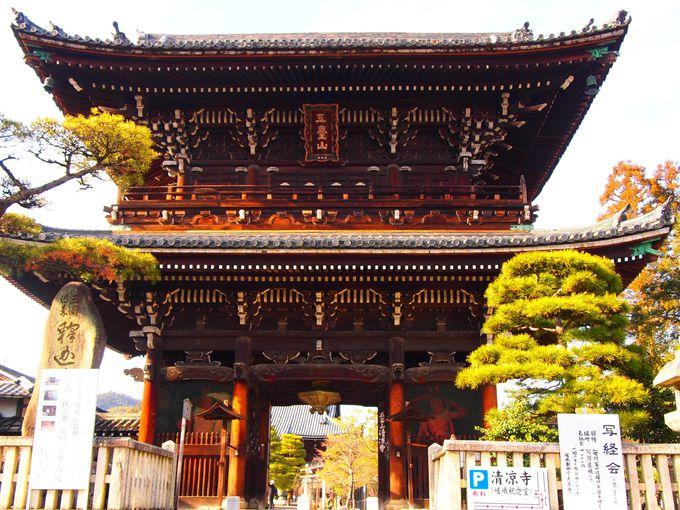 清凉寺の玄関口「仁王門」