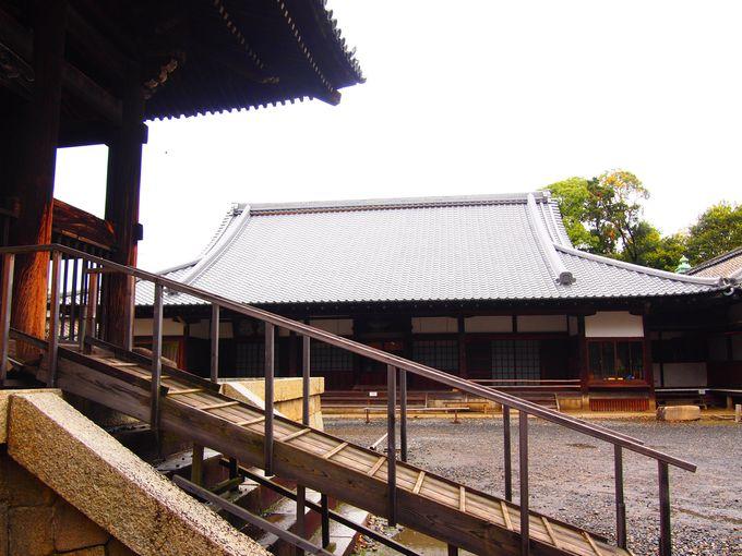 鐘楼へ登る階段と方広寺「本堂」