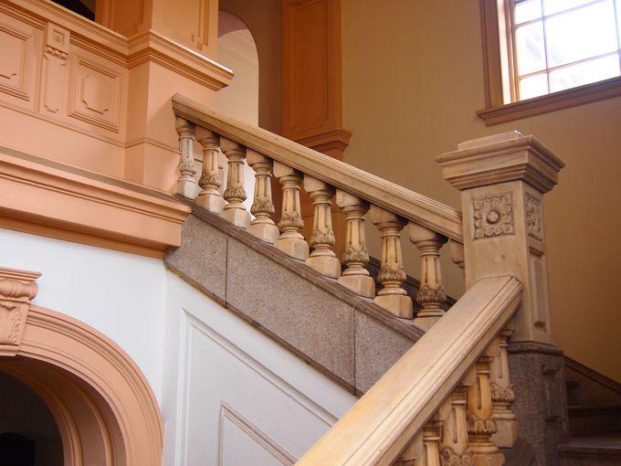 細部まで凝った中央階段