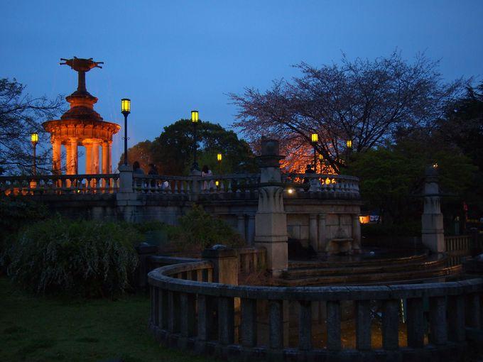 ライトアップも美しい「噴水塔」