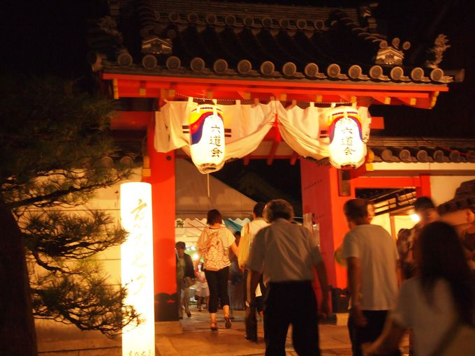 「六道珍皇寺」へ向かう人々