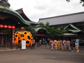 祇園甲部歌舞練場前にカボチャ降臨!フォーエバー現代美術館 祇園・京都