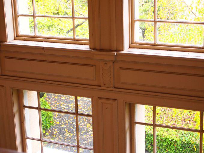 窓からの中庭の光景が素敵な正面階段