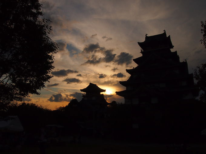 夕焼けも美しい伏見桃山城
