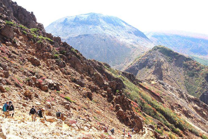 【スリリングポイント3.】急な崖登りは落石に注意しながら慎重に