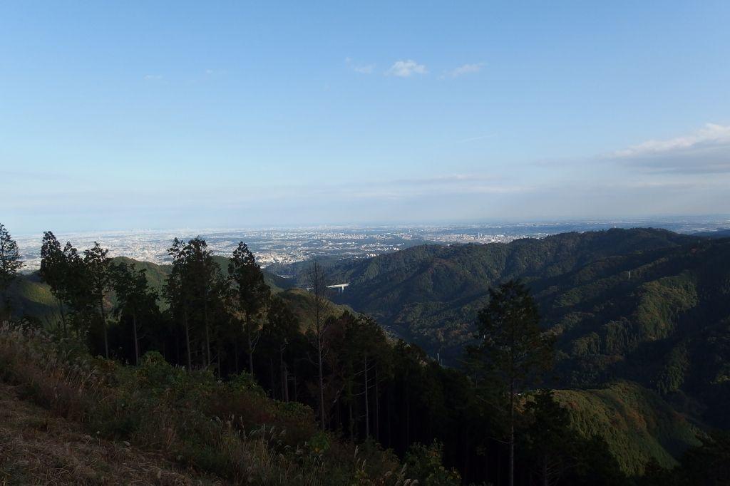 縦走路から都心まで一望!景信山山頂で休憩タイム