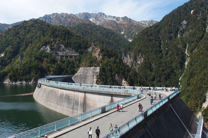 まずは王道コース。ダムのえん堤を歩いてみよう!