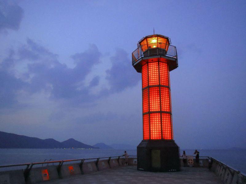 胸がキュンとするほど幻想的☆世界で初めてのガラスの灯台【高松港】