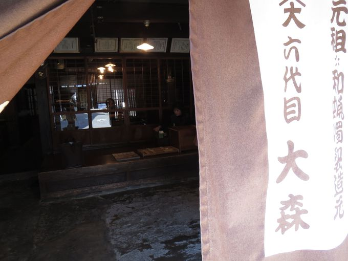 老舗で和蝋燭(わろうそく)作りを見学