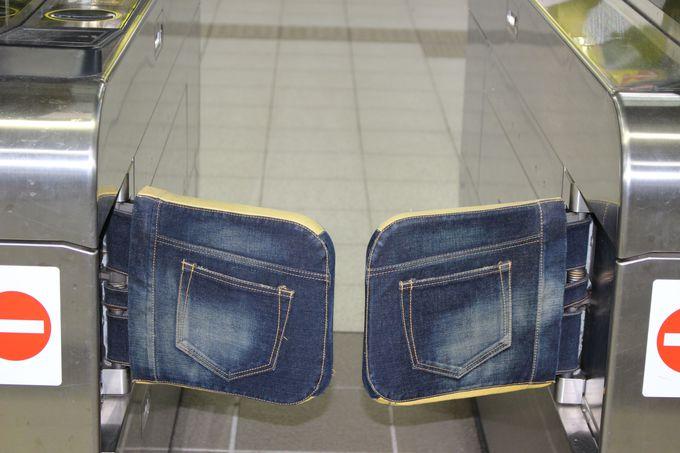 児島駅構内からすでにジーンズだらけ