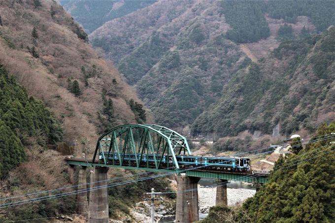 窓際の客車座席で吉野川第二橋梁を眺める