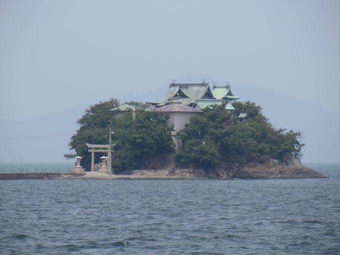 海に浮かぶ厳かな本殿