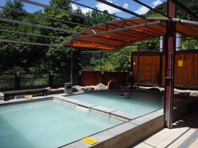 白濁の露天風呂で開放的な湯浴み
