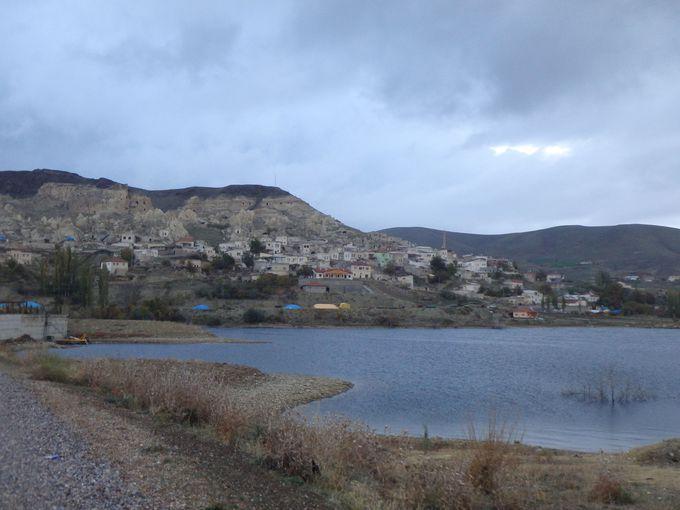 まずは静かな湖畔の小さな集落を目指そう