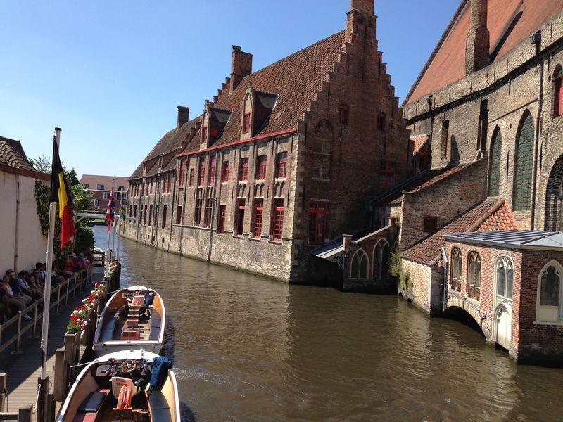 ブルージュの運河めぐり〜水上の美しい景色を堪能