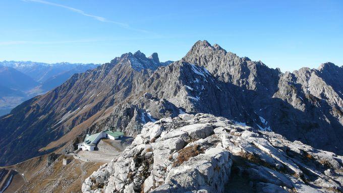 荒々しい岩山の山頂に広がる雄大な大パノラマ!