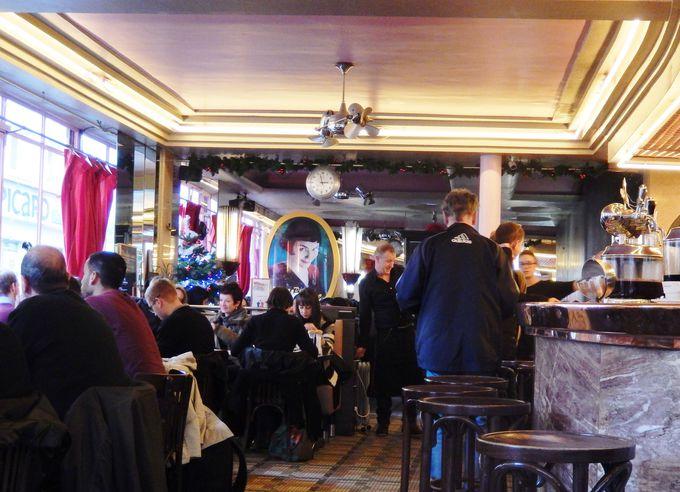 『アメリ』の世界を楽しむ観光客でいっぱいの店内