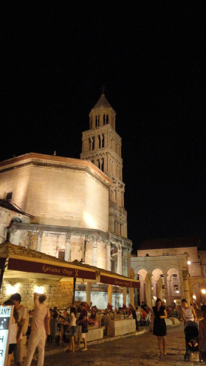 古代ローマ建築と中世ロマネスク様式の美しいハーモニー