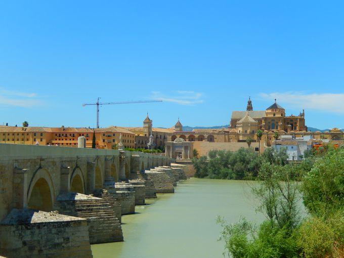 グアダルキビル川からの絶景を望むローマ橋