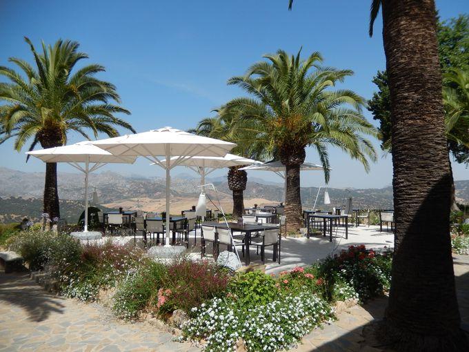 美しい庭園とリッチな雰囲気のレストラン