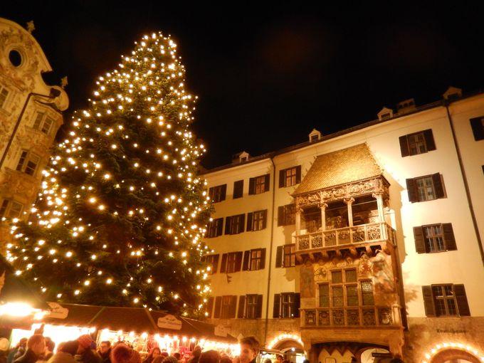 巨大クリスマスツリーが美しいフェアリーテイルな旧市街