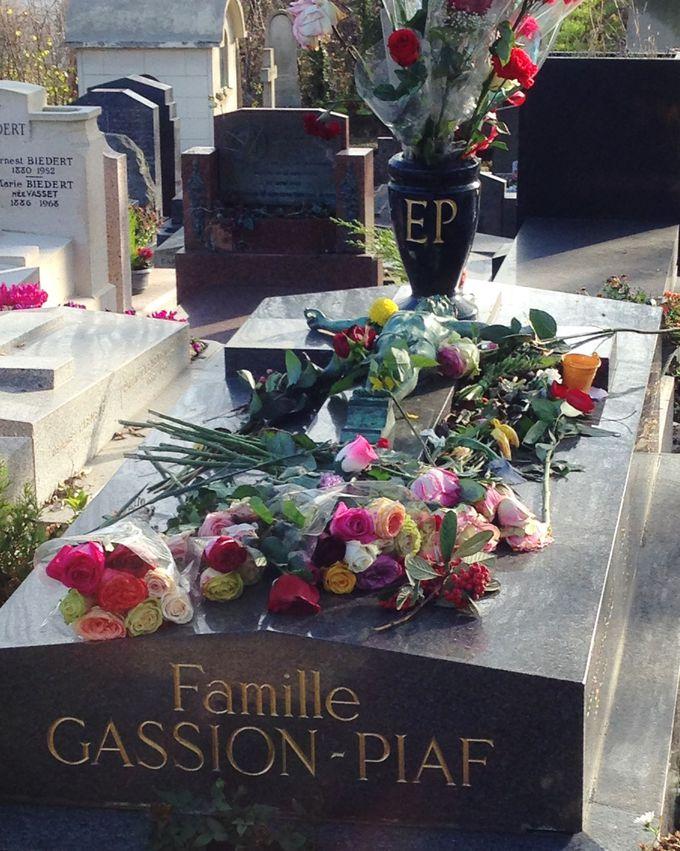 美しい薔薇の花束が似合うエディット・ピアフの墓