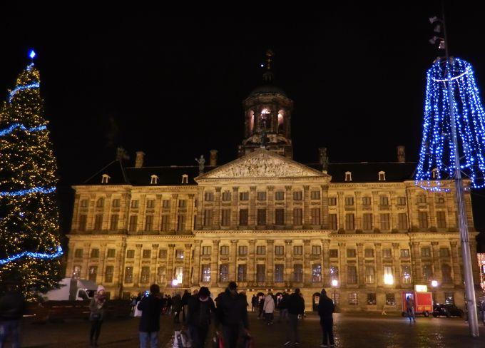 輝くイルミネーションと巨大ツリーが彩られたダム広場は、アムステルダムの中心!