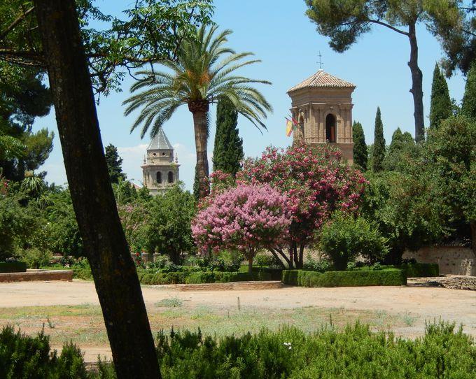 緑豊かなアルハンブラ宮殿の敷地内は、イスラム王国の楽園!