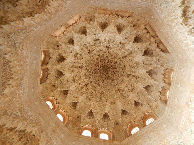 二姉妹の間の天井の鍾乳石飾り、その神秘的な美しさは圧巻!