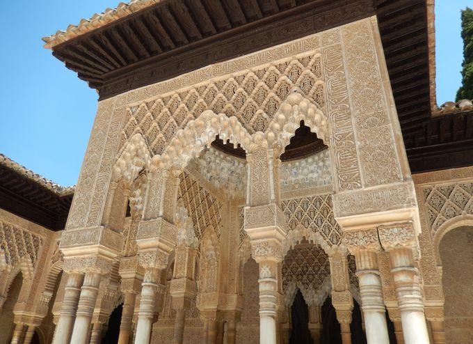 幻想的なアラブ様式の広がるナスル朝宮殿は、見逃せないアルハンブラ宮殿の中心!