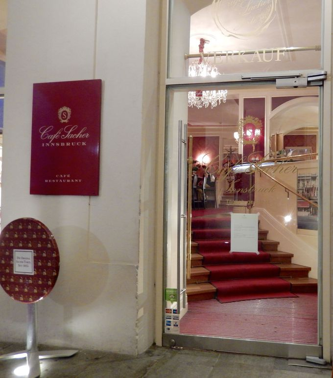 格式と優雅な雰囲気が魅力の老舗カフェ