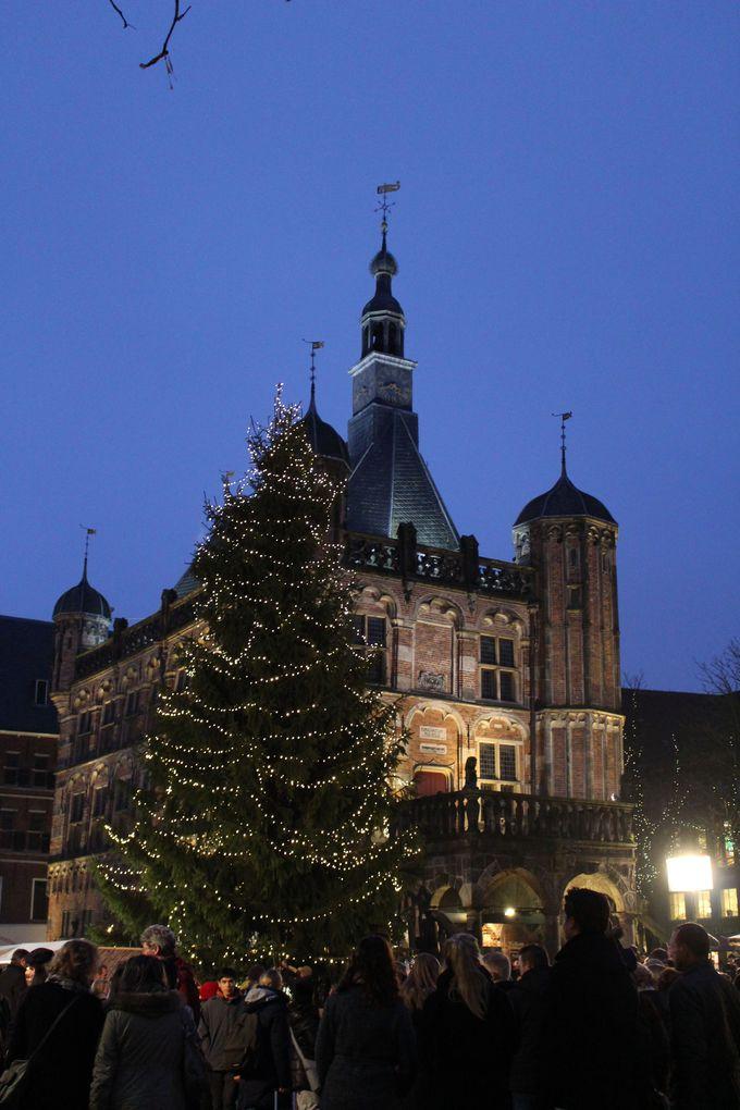 セント・ニコラス教会と計量所前広場のクリスマスマーケットも必見!