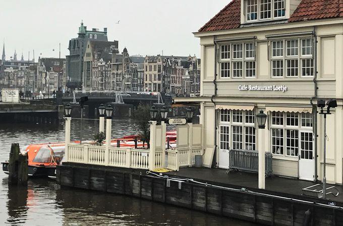 運河を見ながらランチに最適!観光案内所の下レストラン『LOETJE』