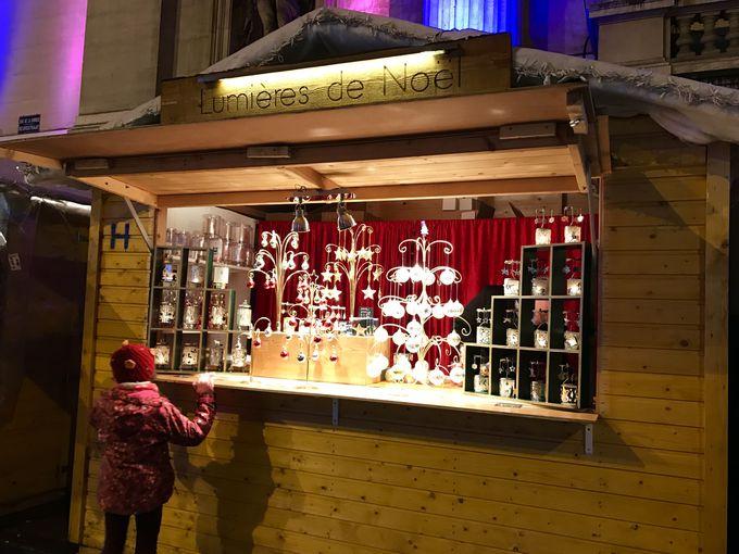 美しいイルミネーション輝く証券取引所と可愛いクリスマスの屋台!