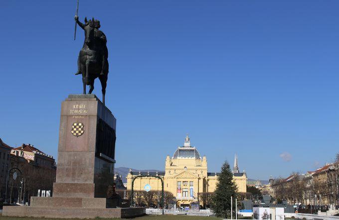 オーストリア=ハンガリー帝国時代の建物が並ぶエレガントな新市街