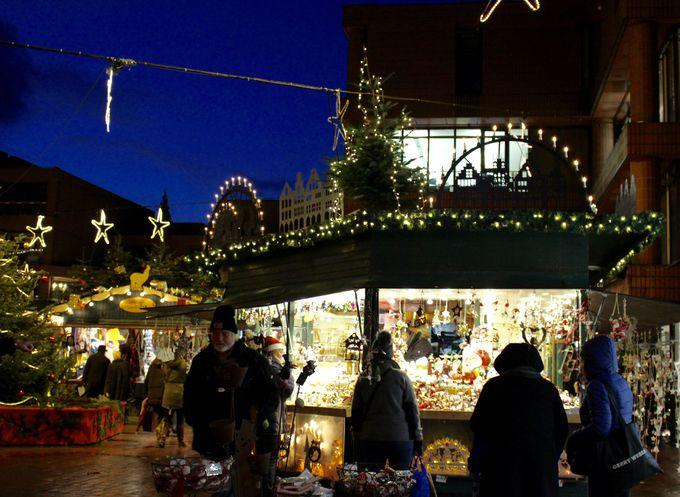 盛況を迎える夜のクリスマスマーケット!