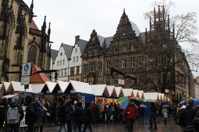 中世の面影残る街並みと可愛いクリスマスマーケットのハーモニー!